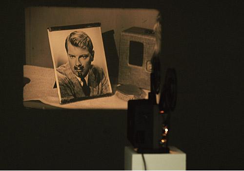 "Morgan Fisher – ""()"", 2004 16mm film, colour/bw, sound, 21′ installation view Galerie Daniel Buchholz, Köln 2004"