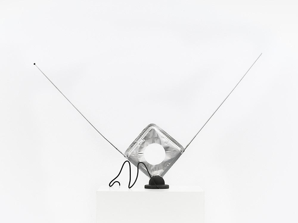 """Tony Conrad – """"Stove Shield VHS Antenna"""", ca. 2008 aluminium foil, TV antenna 52 x 100 x 11 cm"""
