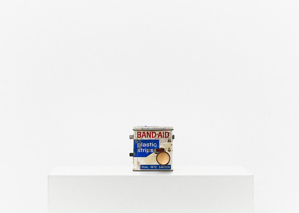 "Tony Conrad – ""Band Aid Box Stereo Oscillator"", ca. 1969 metal band aid box, electrical components, tuning knob 8,9 x 8,9 x 8 cm"