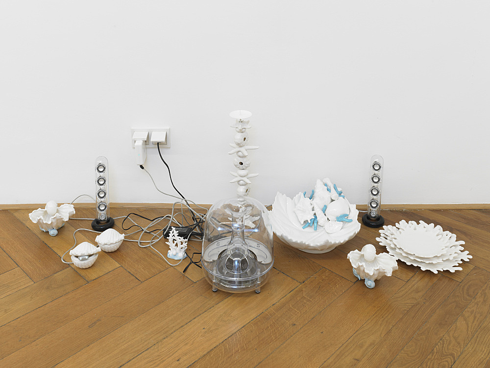 Cosima von Bonin – GRANDVILLE AND THE DECISION AT GRANDVILLE II (WHITE PORCELAIN), 2011 porcelain, Mac Soundsticks dimensions variable electronic music: Moritz von Oswald White Noise (10'31′), 2011