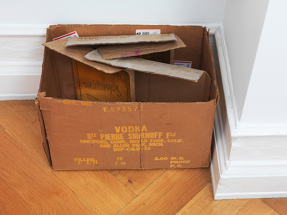 """Danh Vo – """"Vodka Tonic"""", 2012 gold leaf on two cardboard boxes 32 x 48 x 30 cm"""