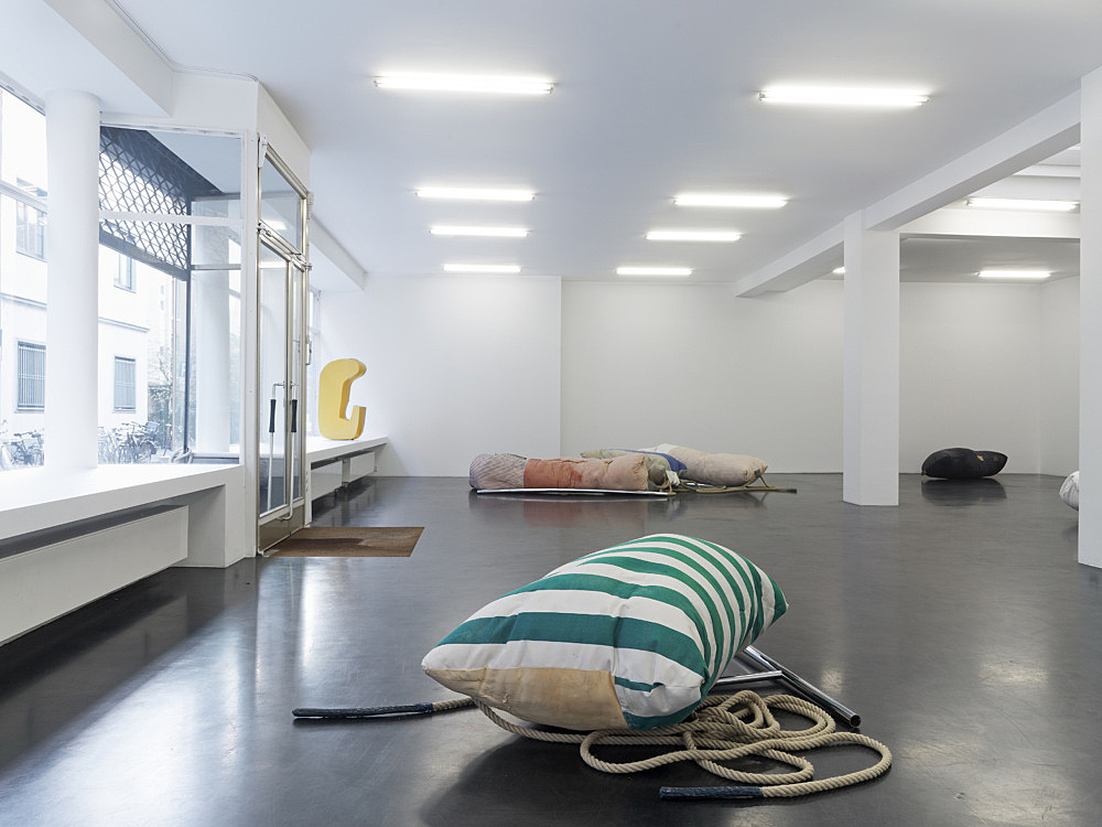 "Nairy Baghramian – ""Fluffing the Pillows"" installation view Galerie Buchholz, Köln 2012"