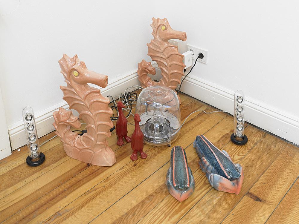 Cosima von Bonin – GRANDVILLE AND THE DECISION AT GRANDVILLE III (SEAHORSES, DUCKS & LOBSTERS), 2011 porcelain, Mac Soundsticks dimensions variable electronic music: Moritz von Oswald White Noise (10'31′), 2011