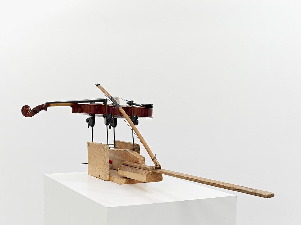"Tony Conrad – ""Bowstring"", 2005 violin, violin string, wood, clamps ca. 122 x 56 x 41 cm"