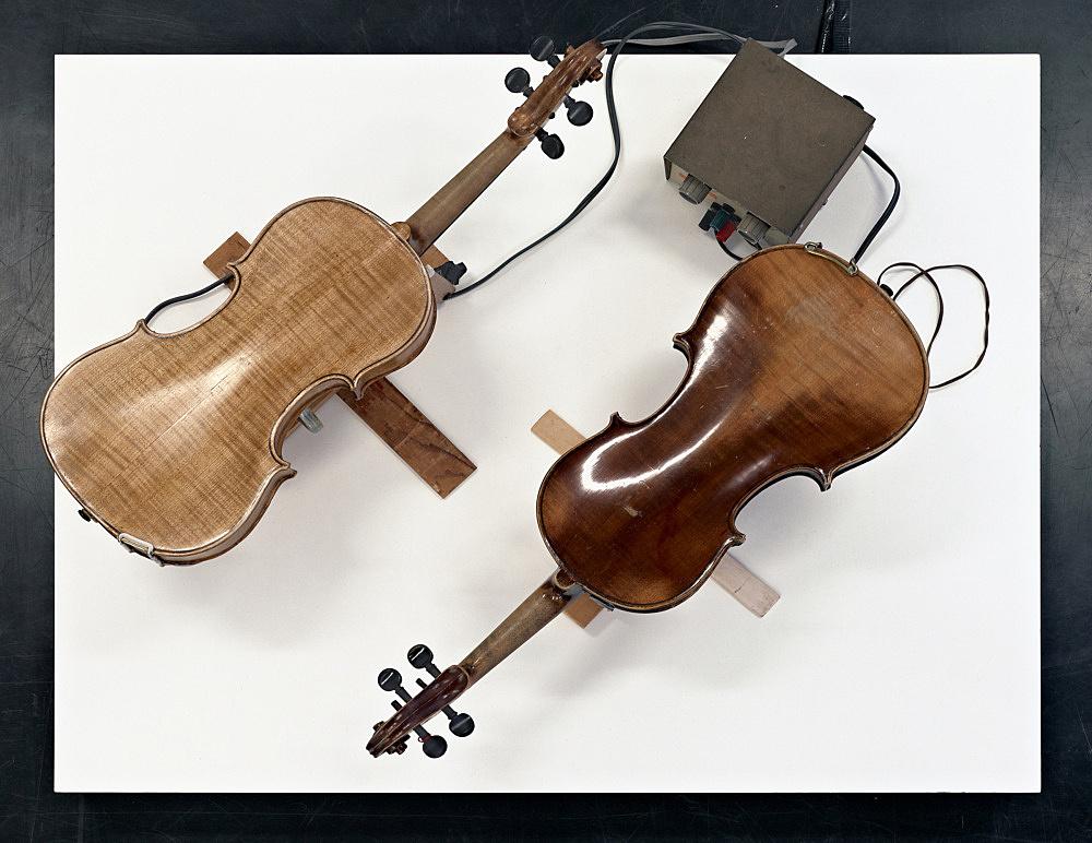 "Tony Conrad – ""Two Violin Players"", 1998 electric motor, wire, wood, two violins 32,4 x 15,9 x 8,9 cm / 30,5 x 14,6 x 8,3 cm"
