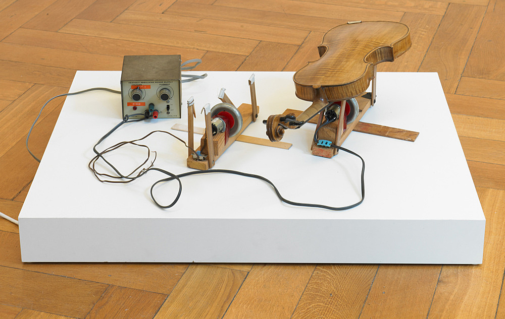 "Tony Conrad – ""Two Violin Players"", 1998 electric motor, wire, wood, violin 32,4 x 15,9 x 8,9 cm / 30,5 x 14,6 x 8,3 cm"