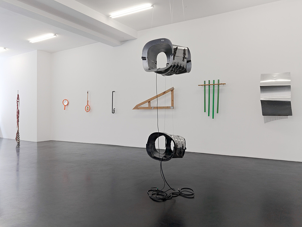 """Tony Conrad – """"Invented Acoustical Tools"""" Instruments 1966-2012 installation view Galerie Buchholz, Köln 2012"""