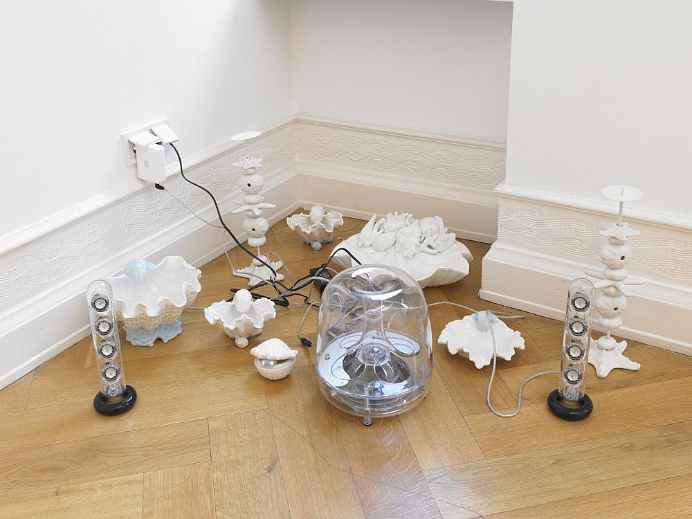 Cosima von Bonin – GRANDVILLE AND THE DECISION AT GRANDVILLE I (WHITE PORCELAIN), 2011 porcelain, Mac Soundsticks dimensions variable electronic music: Moritz von Oswald White Noise (10'31′), 2011