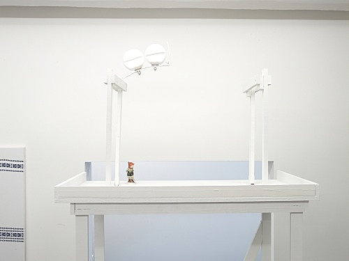 Cosima von Bonin – JEANSVERKÄUFER, 2008 wood, metal, plastic, cotton, figurine 322 x 125 x 62,5 cm detail