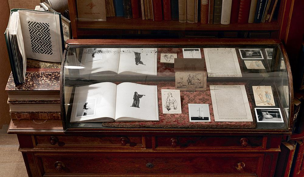 "R.H. Quaytman – ""Cherchez Holopherne, Chapter 21"" installation view Antiquariat Buchholz, Köln 2011"