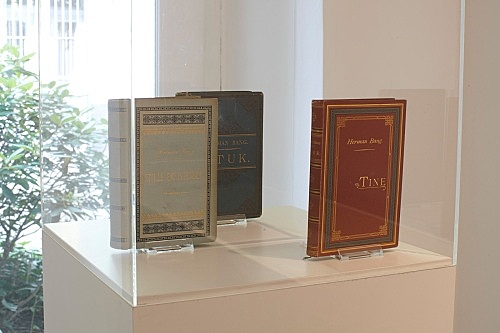 Herman Bang schreibt seinem Verleger einen Brief – Bücher, Manuskripte und Briefe von Herman Bang (1857-1912) installation view Galerie Buchholz, Berlin 2012