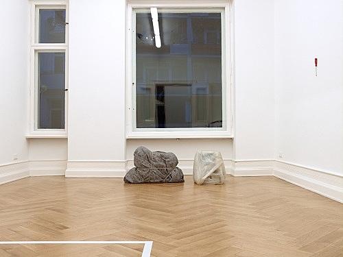 "Henrik Olesen – ""Imitation / Enigma"", 2008 box, adhesive tape, rope, padding material, blanket 60 x 100 x 30 cm & ""Apple (Ghost)"", 2008 computer, plastic foil 50 x 40 x 60 cm installation view Galerie Daniel Buchholz, Berlin 2008"