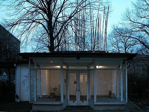 """Isa Genzken – """"Haare wachsen wie sie wollen"""" installation view Galerie Meerrettich, im Glaspavillon an der Volksbühne, Rosa-Luxemburg-Platz, Berlin 2002"""