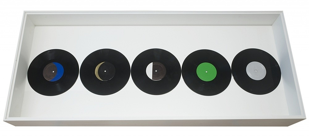 """Jack Goldstein – """"A Suite of five 10-inch Records with colored Labels in Place of Titles"""", 1979 black vinyl, colored lables each ø 25 cm"""