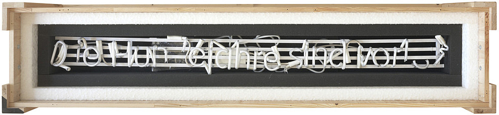"Michael Krebber – ""Die Hundejahre sind vorbei (Broken Neon I)"", 2010 neon on metal construction, fractured, in padded wooden box with lid, foamed material 32 x 164 x 34 cm"