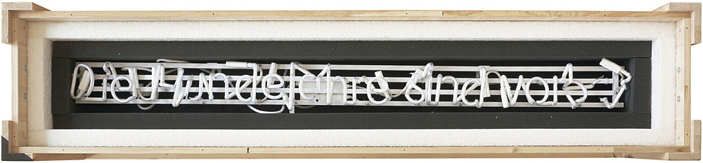 "Michael Krebber – ""Die Hundejahre sind vorbei (Broken Neon II)"", 2010 neon on metal construction, fractured, in padded wooden box with lid, foamed material 32 x 164 x 34 cm"