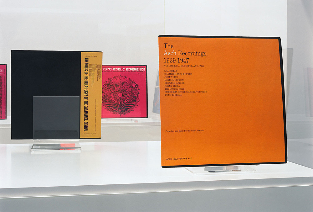 Mathias Poledna – Untitled, 2006 vitrine: perspex, wooden pedestal, 6 records on perspex stands 158 x 170 x 85 cm
