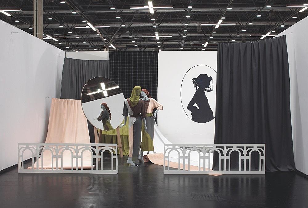 "Paulina Olowska – ""Asymmetric Display"" installation view Art Cologne 2004"