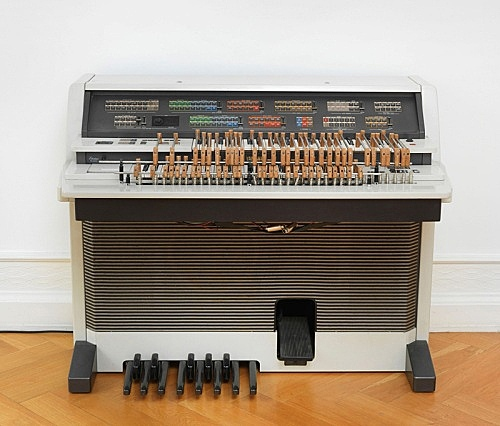 """Lutz Bacher – """"Yamaha"""", 2010 electronic organ, paint, bamboo, hardware, brainbox (sequencer), speakers, wire, cables 100 x 120 x 80 cm"""