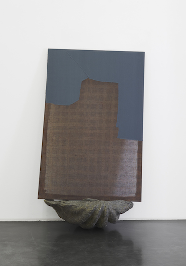"""Cosima von Bonin Sergej Jensen Michael Krebber – """"Einblick in die Tiefenzisterne"""", 2014 Chlorbleiche, Acryl, genähte Baumwolle, Fiberglas 2 Teile: 132 x 86,5 cm und 28 x 78 x 48 cm"""