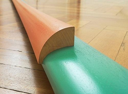 "Isa Genzken – ""Grün-orange-graues Hyperbolo 'El Salvador'"", 1980 wood, lacquer 15 x 19 x 600 cm installation view Galerie Buchholz, Berlin 2015"