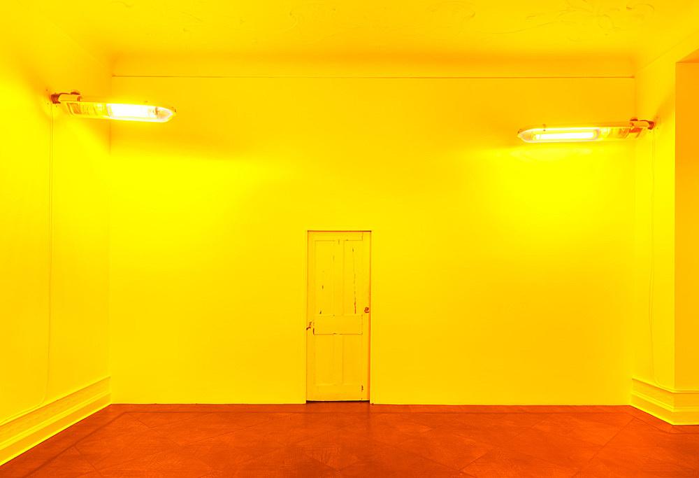 Mark Leckey – Untitled (Sodium Lights), 2014 glass, metal, plastic 2 parts, each 25 x 30 x 110 cm installation view Galerie Buchholz, Berlin 2016