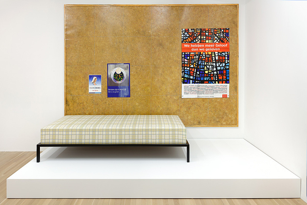 """Lucy McKenzie – """"Quodlibet LV (Maid's pinboard)"""", 2015 oil on canvas 300 x 200 x 2,5 cm & """"Maid's Bed"""", 2015 silkscreened fabric stretched on MDF, steel 42 x 96 x 196,5 cm installation view Galerie Buchholz, New York 2016"""