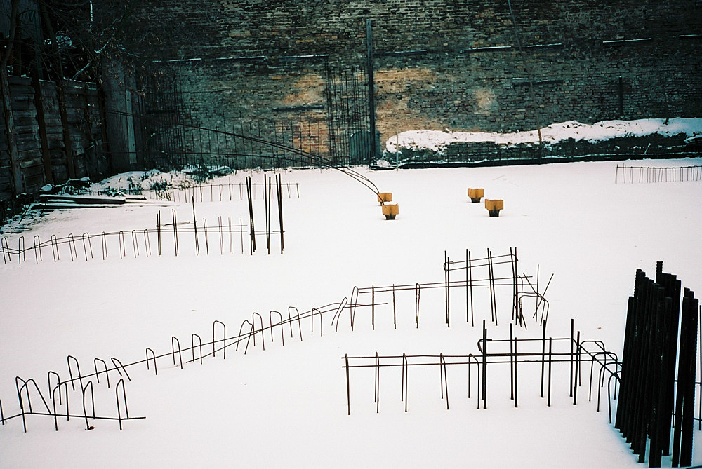 """Wolfgang Tillmans – """"Adalbert Garden, Winter"""", 2009 inkjet print mounted on aluminum in artist's frame 62.9 x 82.1 x 3.3 cm"""