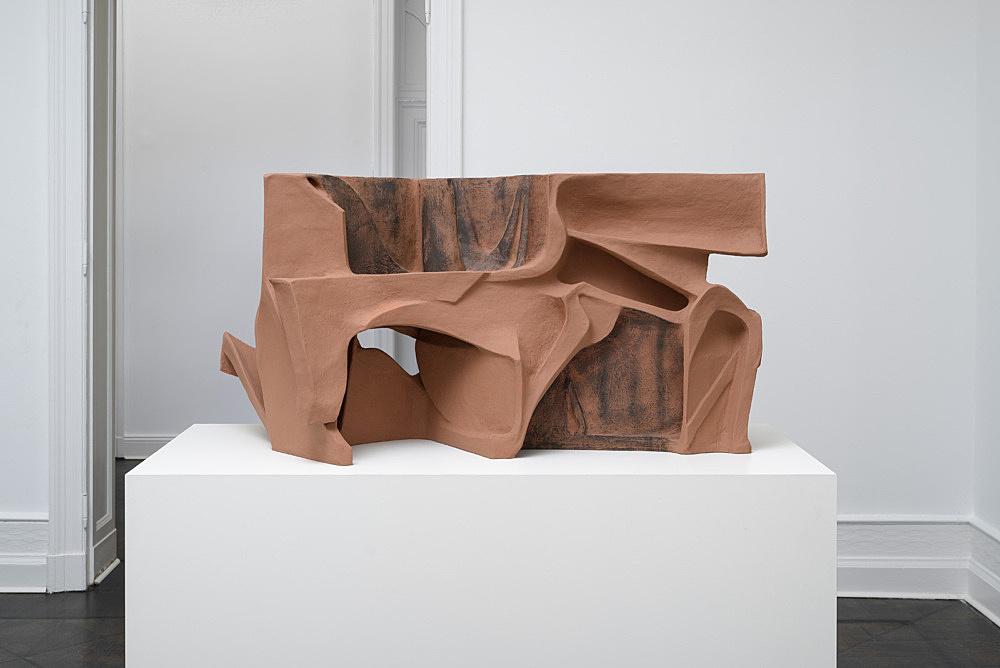 Vincent Fecteau – Untitled, 2016 papier-maché, acrylic 66 x 133 x 57 cm installation view Galerie Buchholz, Berlin 2017
