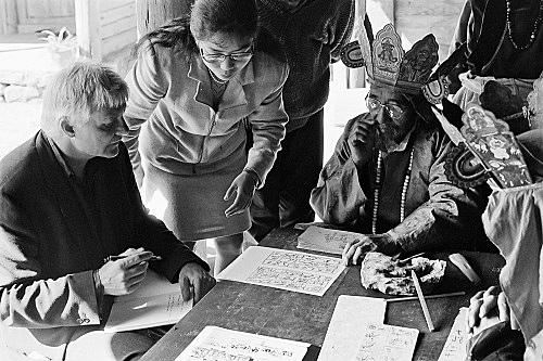 – Michael Oppitz beim Studium von Piktogrammen mit Zhao Xiuyun und Dtô-mbà, Lijiang Fotografie, 1995