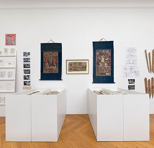 Michael Oppitz – Forschungen an den Rändern der Schrift Raum I: Lokal-Kulturen an den Rändern der Schrift - Naxi Installationsansicht Galerie Buchholz, Berlin 2018