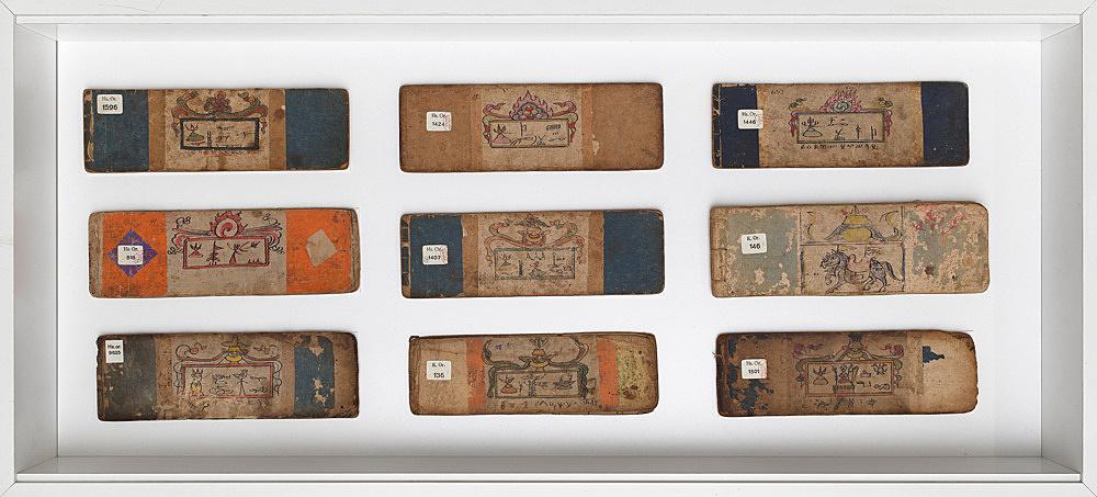 – Vitrine: Naxi-Manuskripte in Piktogrammschrift, Buchcover Installationsansicht Galerie Buchholz, Berlin 2018