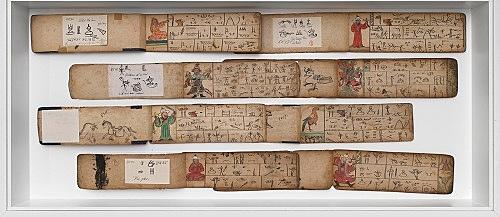 – Vitrine: Aufgeschlagene Manuskripte in Piktogrammschrift mit illuminiertem Textbeginn Installationsansicht Galerie Buchholz, Berlin 2018