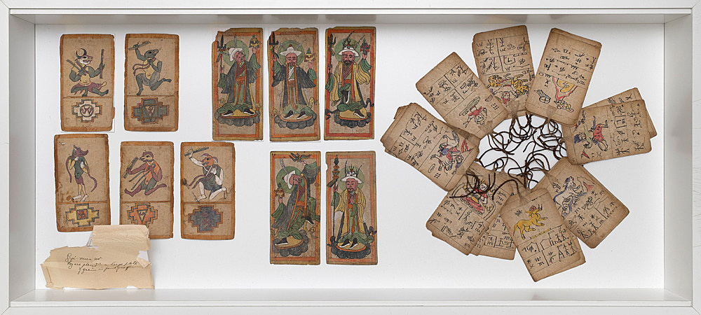 – Vitrine: Tsagli Ritual-Karten Installationsansicht Galerie Buchholz, Berlin 2018