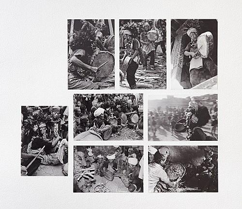 – Abbildungen himalayischer Schamanen mit ihren Trommeln: Qiang, Naxi, Chepang, Magar Fotografien Installationsansicht Galerie Buchholz, Berlin 2018