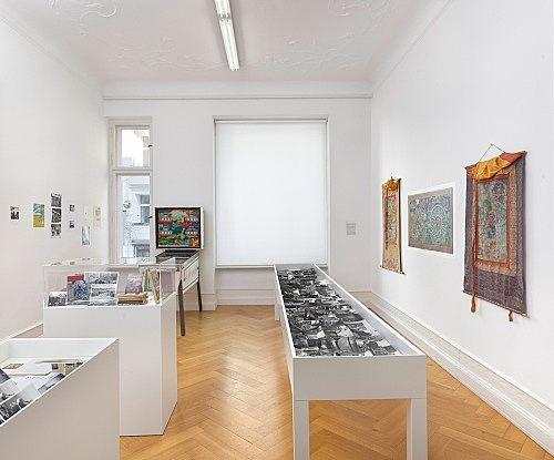Michael Oppitz – Forschungen an den Rändern der Schrift Raum III: Der Flipper Shangri-La – Semiologie eines Bildmythos Installationsansicht Galerie Buchholz, Berlin 2018