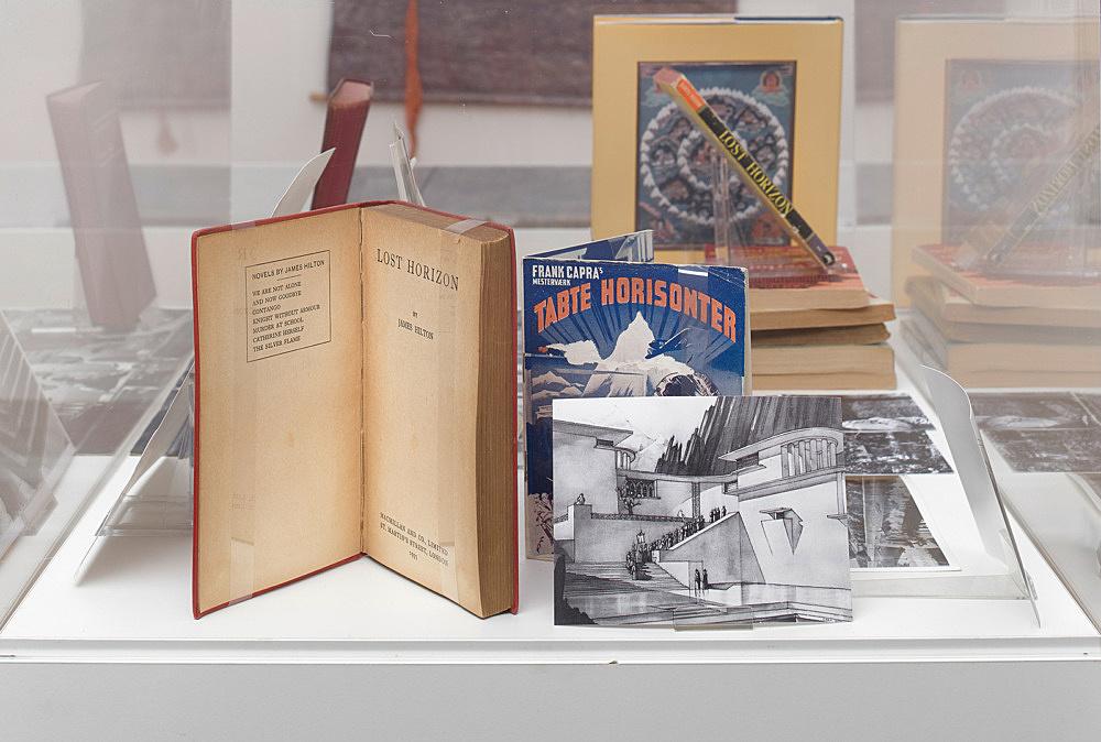 – Vitrine: Umwandlungen des Warenzeichens ›Shangri-La‹ Installationsansicht Galerie Buchholz, Berlin 2018
