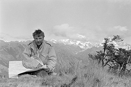 – Michael Oppitz vor der Kulisse des Gauri Shankar, Solu-Khumbu Fotografie, n.d.