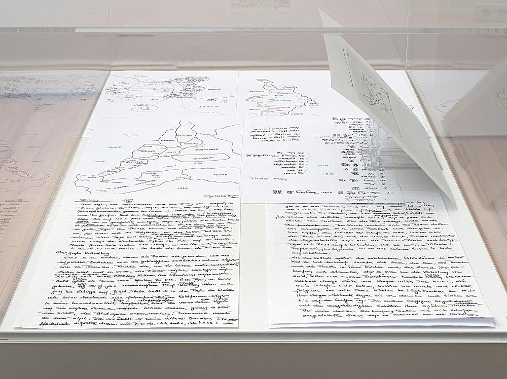 – Vitrine: 33 Geschichten zur verlorenen Schrift, Skizzen zur geographischen Verbreitung der verlorenen Schrift, Manuskript zu zwei Geschichten Installationsansicht Galerie Buchholz, Berlin 2018