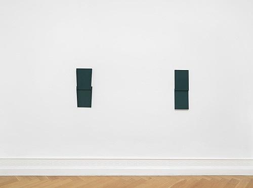 "Florian Pumhösl – ""Elemente III"", 2018 gouache on plaster 68 x 24.5 x 4.5 cm & ""Elemente I (Der Schlaf)"", 2018 gouache on plaster 66.5 x 23.5 x 6 cm installation view Galerie Buchholz, Berlin 2018"