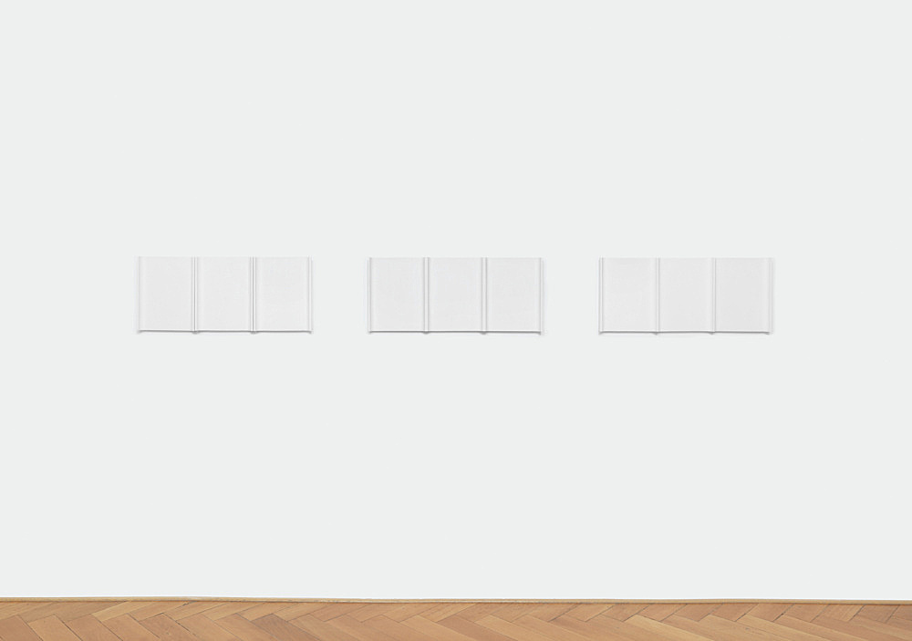 "Florian Pumhösl – ""5-teilige Plastik"", 2018 plaster 5 parts in 3 units, 36 x 85 x 5 cm, 36 x 84 x 5 cm, 36 x 82 x 5 cm installation view Galerie Buchholz, Berlin 2018"