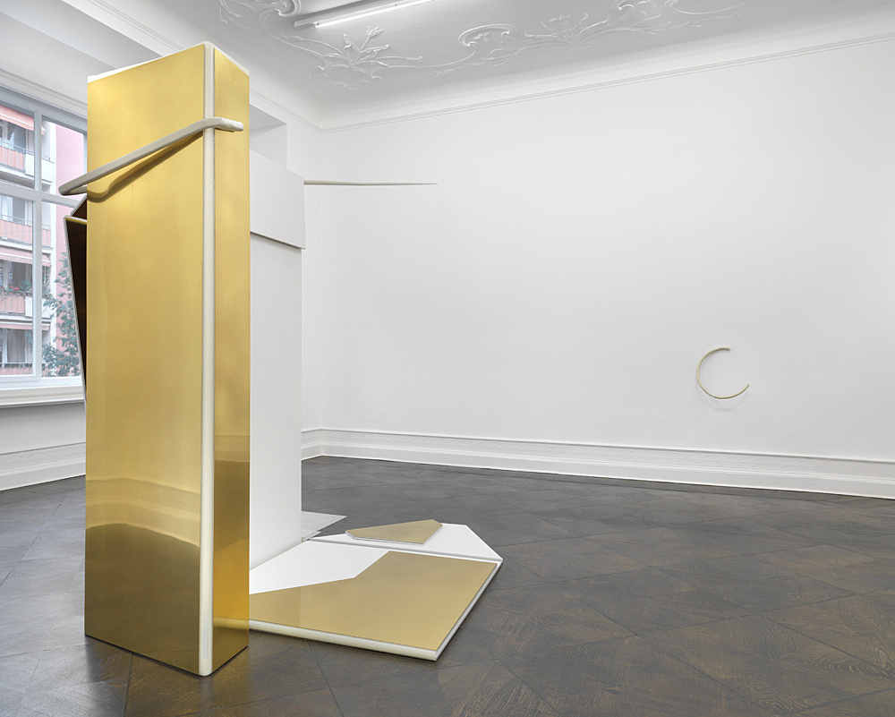 """Nairy Baghramian – """"Entrechambrage verticale"""", 2008 brass, aluminum, silicon, wall painted MDF board 240 x 235 x 470 cm installation view Galerie Buchholz, Berlin 2018"""