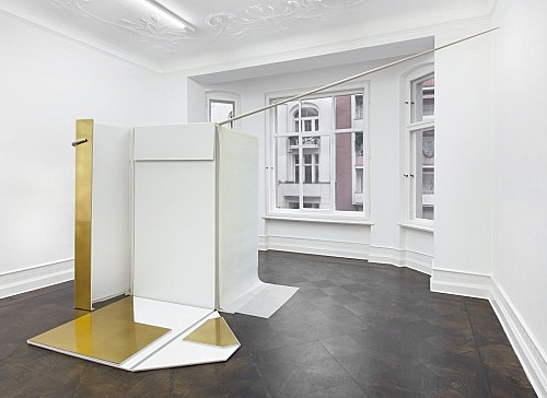 "Nairy Baghramian – ""Entrechambrage verticale"", 2008 brass, aluminum, silicon, wall painted MDF board 240 x 235 x 470 cm installation view Galerie Buchholz, Berlin 2018"