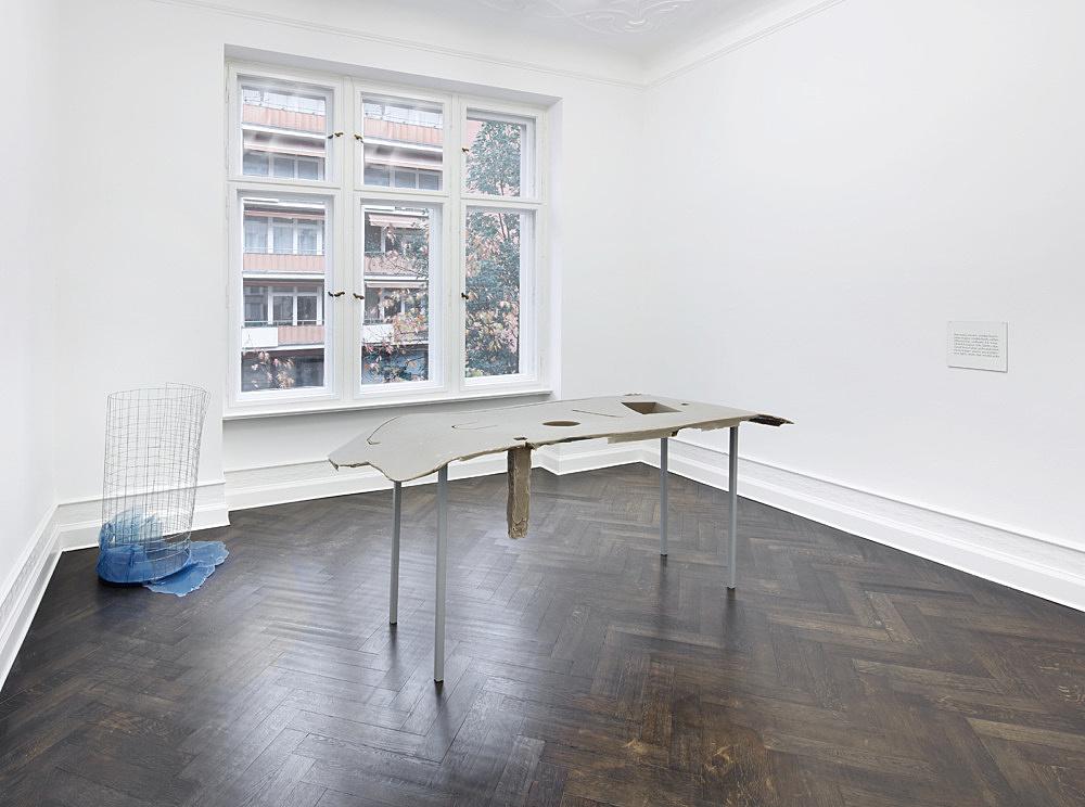 "Nairy Baghramian – ""Waste Basket (Bin for Rejected Ideas)"", 2012 wire mesh, rubber 108 x 59 x 68 cm & ""Formage de tête (Réchaud D) & (Étiquette)"", 2011 silicon, steel, lacquer, Formica 2 parts: Formage de Tête (Réchaud D): 97 x 235 x 78 cm, Formage de Tête (Étiquette): 19 x 24,5 cm installation view Galerie Buchholz, Berlin 2018"