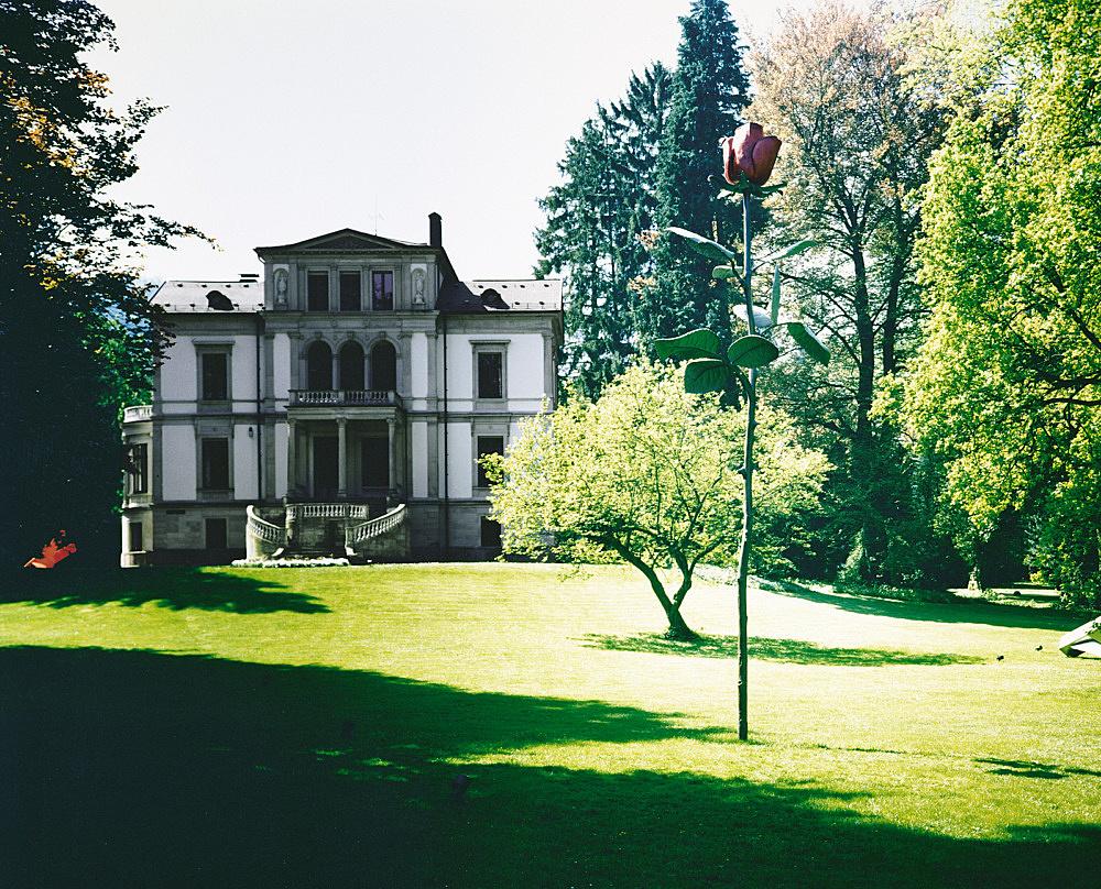 "Isa Genzken – ""Rose"", 1993 Baden-Baden, Park of Villa Schriever (since 1993) steel, aluminium, enamel height: 800 cm photograph"