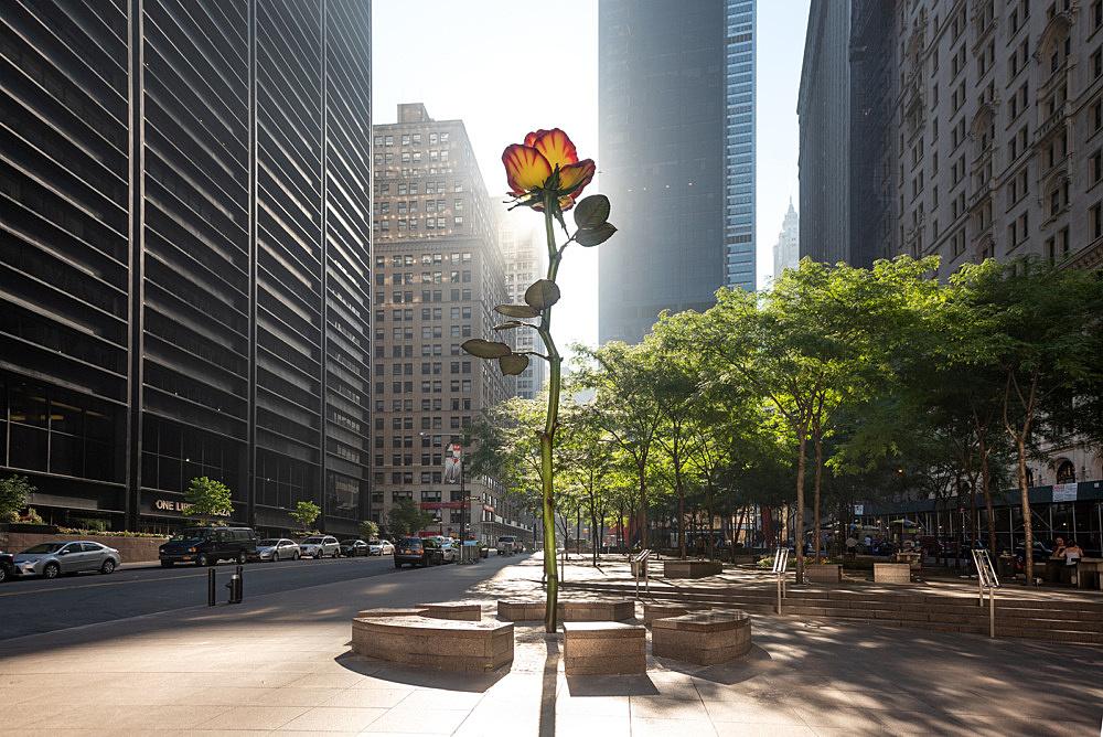 "Isa Genzken – ""Rose III"", 2016 New York, Zuccotti Park (since 2018) steel, aluminium, enamel height: 800 cm photograph"
