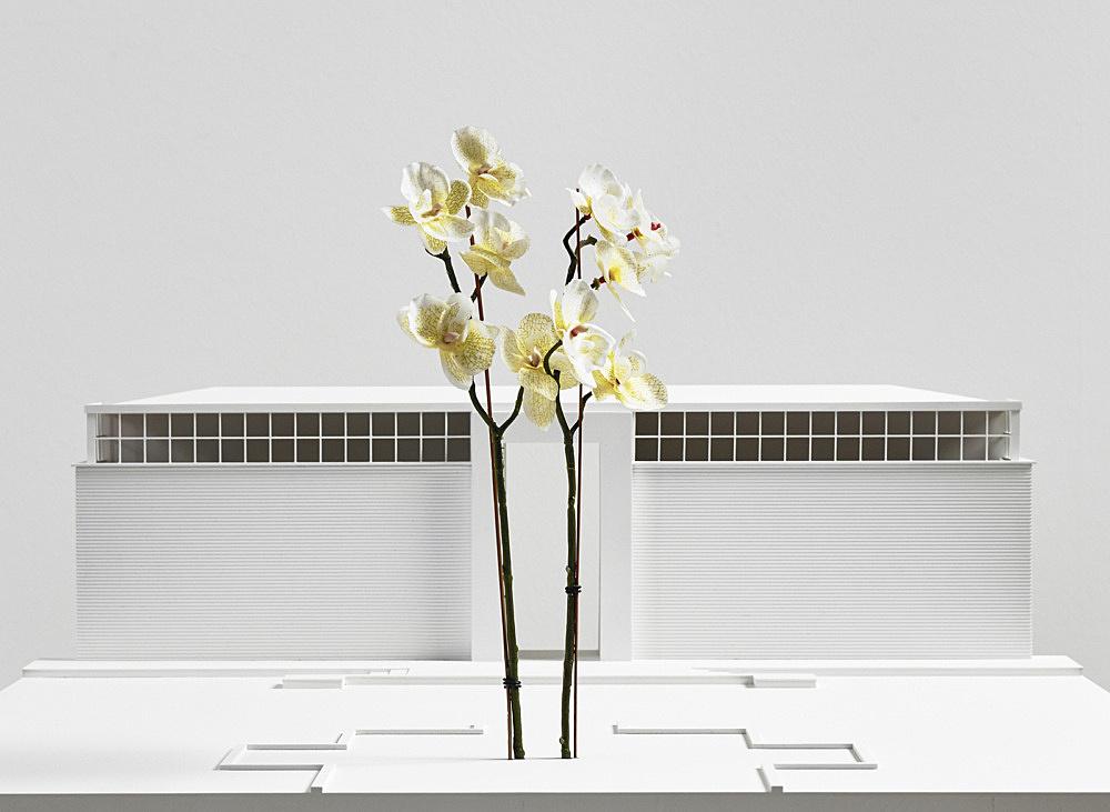 "Isa Genzken – ""Zwei Orchideen"", 2015 Venice, 56th Venice Biennale, Giardini steel, aluminium, enamel height: 1038 cm Model, installation view Galerie Buchholz, Berlin 2018"