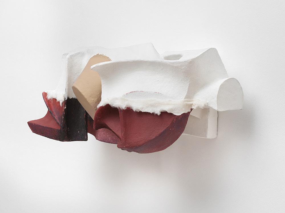 Vincent Fecteau – Untitled, 2020 papier-maché, acrylic, cotton batting 32 x 76 x 31 cm