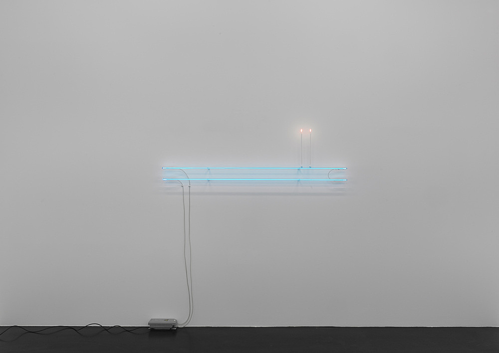 Cerith Wyn Evans – C=L=E=A=V=E (20), 2020 2 neon forms, 2 candles neon: 180 cm length, 15 mm gauge candle: 42 cm height