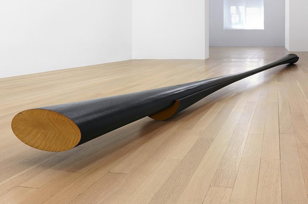 """Isa Genzken – """"Schwarzes Hyperbolo 'Nüsschen'"""", 1980 wood, lacquer 14.5 x 25 x 558.5 cm"""